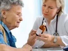 Врач дает лекарство пациенту